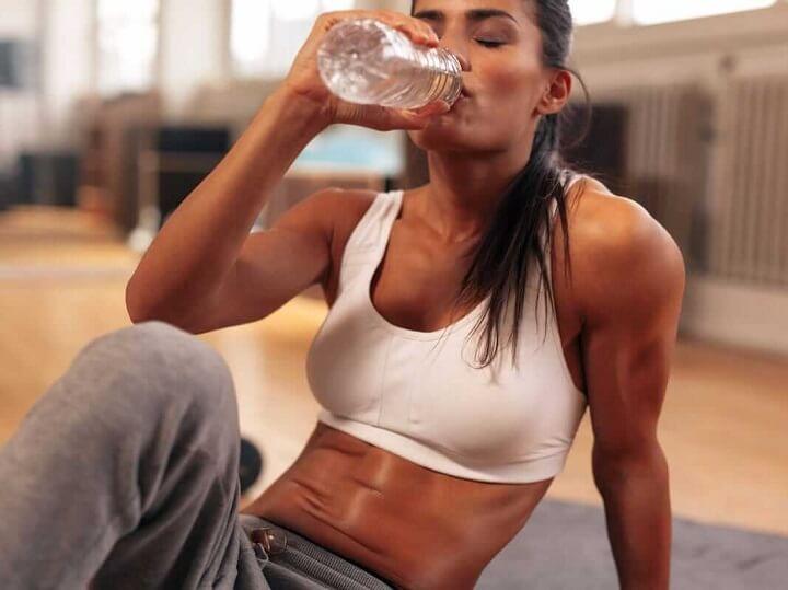 Cung cấp đủ nước cho cơ thể giúp giảm đau cơ hiệu quả.