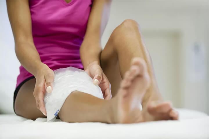 Chườm đá lên vùng cơ bị đau giảm đau nhức hiệu quả.