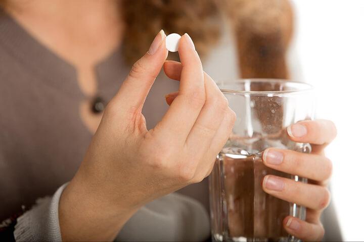 Uống thuốc giảm đau là giải pháp cho người đau cơ.
