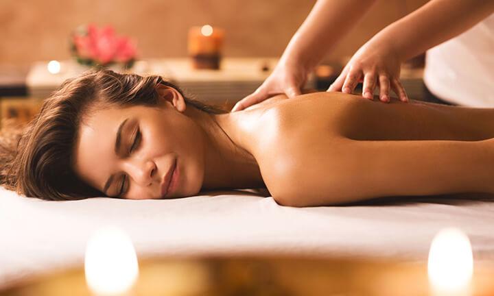 Massage nhẹ nhàng giúp cơ thể được thư giãn và phục hồi cơn đau nhức.