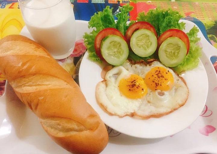 Lòng trắng trứng và bánh mì cung cấp nguồn đạm và năng lượng dồi dào dành cho các gymer