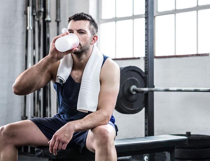 Kết thúc buổi tập bạn nên bổ sung nước uống, thực phẩm chức năng để tăng tăng cơ bắp.