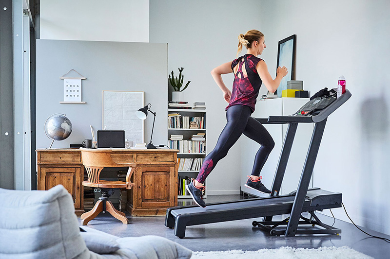 Tập thể dục bằng máy chạy bộ