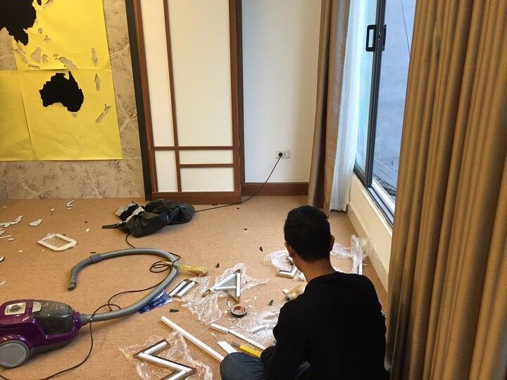 Đội ngũ thợ thi công và nhân viên đang ngày đêm hoàn thiện showroom Oreni Trường Chinh