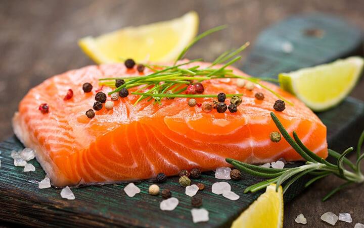 Các loại cá chứa nhiều chất béo tốt omega-3 cũng như giàu sắt để tạo máu