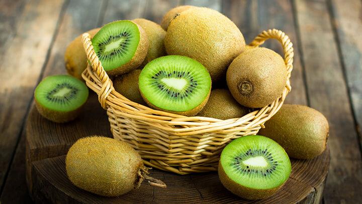 Kiwi cũng là một loại quả có hàm lượng vitamin C và E dồi dào