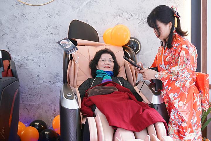 Khách hàng trải nghiệm ghế massage tại showroom Oreni Đống Đa.
