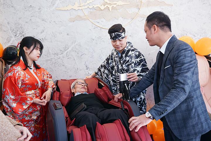 Khách hàng được thử trực tiếp ghế massage tại cửa hàng