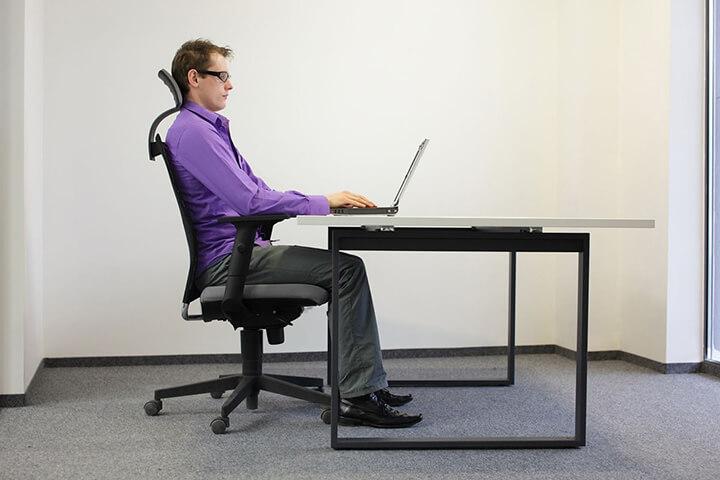 Ngồi đúng tư thế làm việc ở văn phòng là điều quan trọng để bảo vệ sức khỏe