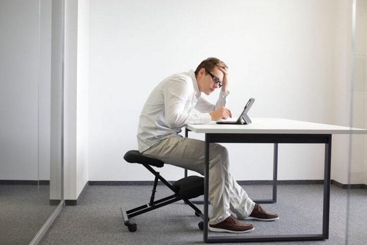 Ngồi đúng tư thế để bảo vệ cột sống và tránh áp lực cho phần bụng, ngăn ngừa tích tụ mỡ bụng