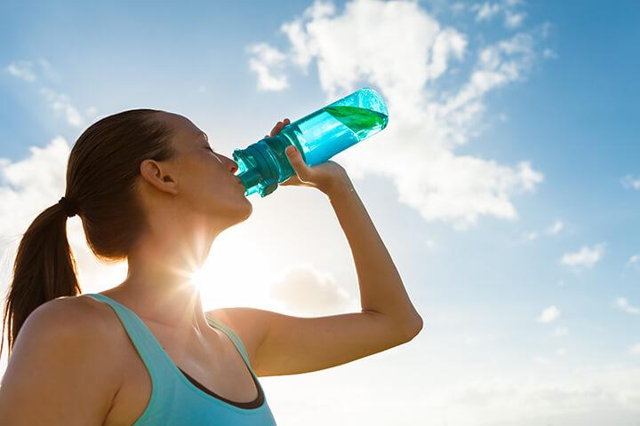 Bạn nên uống đủ nước trong quá trình chạy bộ để đảm bảo sức khỏe tốt nhất.