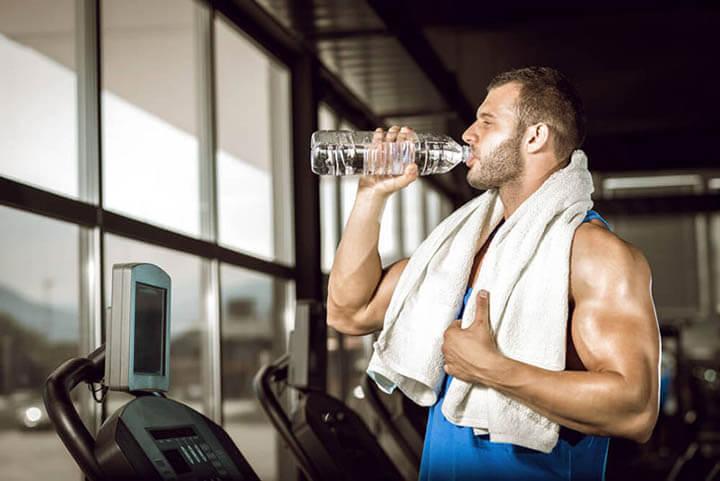 Bổ sung đủ nước khi tập Gym giúp cơ bắp phát triển khỏe mạnh.