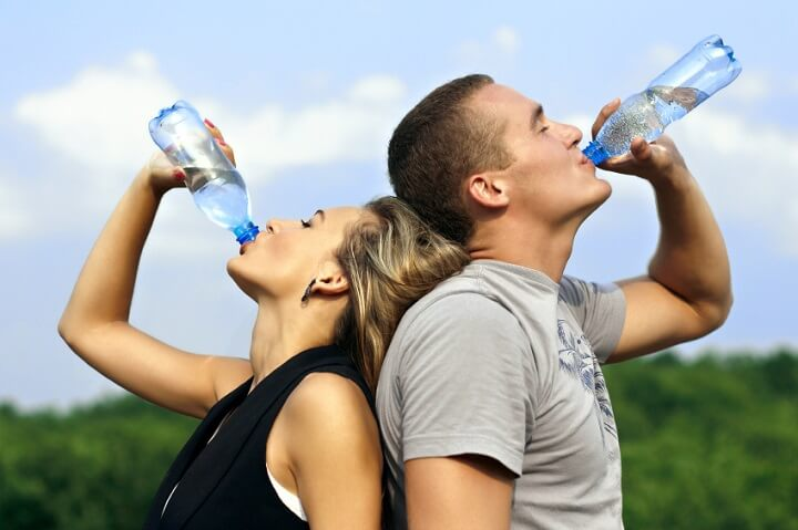 Bổ sung đầy đủ nước uống giúp cơ thể có nhiều năng lượng khi chạy bộ nhanh