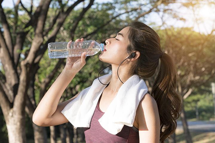 Uống đủ nước khi chạy nhanh giúp cơ thể của bạn phục hồi nhanh chóng.