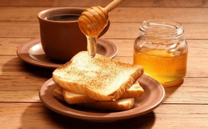 Mật ong phết bánh mì món ăn tuyệt vời cho bữa sáng của bạn