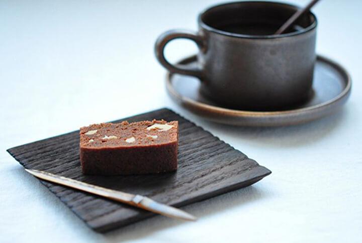 Cà phê và sô cô la đen là một lựa chọn cho việc uống nước gì buổi sáng để giảm cân