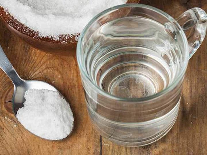 Pha nước muối loãng uống buổi sáng để giảm cân khá đơn giản.