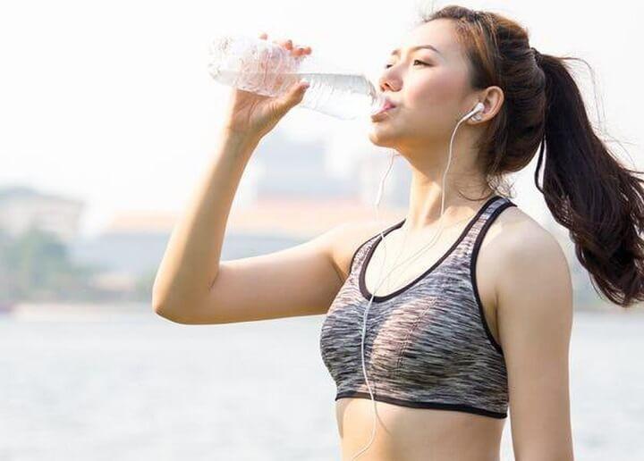Uống nước để bù lại lượng nước đã mất khi tập luyện thể dục thể thao là rất cần thiết