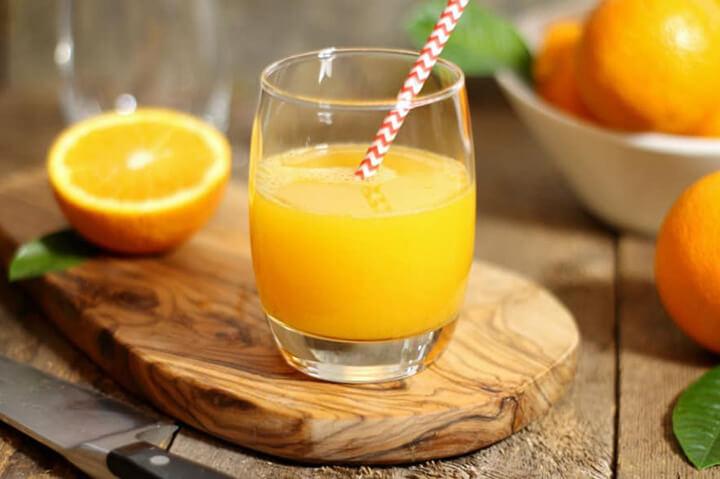 Nước cam tươi mang đến nguồn vitamin C dồi dào, góp phần giảm béo giảm mỡ