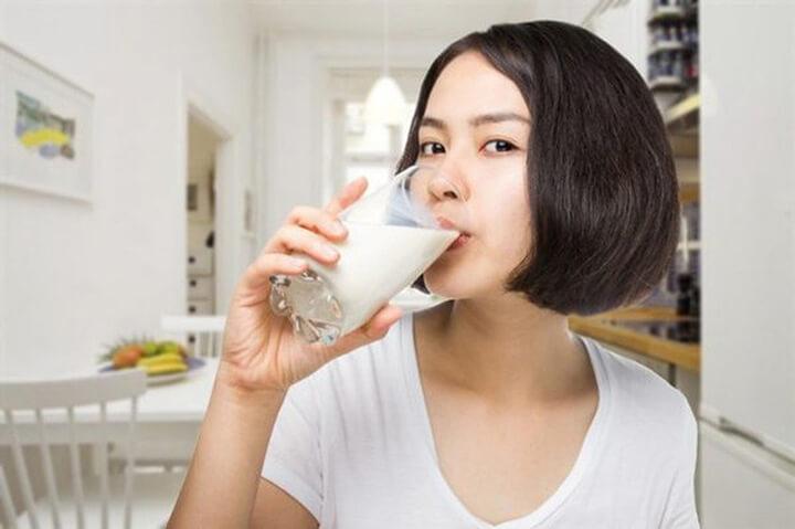 Chú ý không uống sữa tươi không đường khi bụng đói