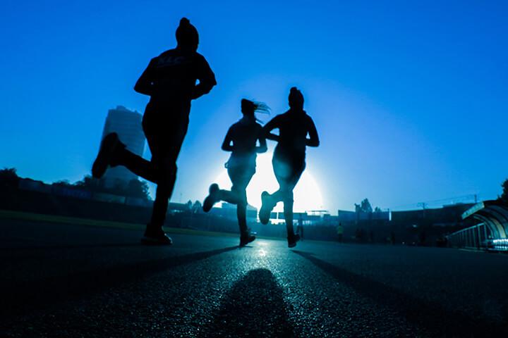 Chạy bộ buổi tối có không khí trong lành và mát mẻ.