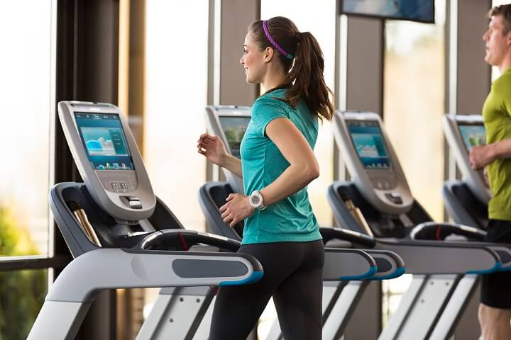 Sử dụng máy chạy bộ giúp bạn chủ động điều chỉnh tốc độ, quãng đường chạy cho mình