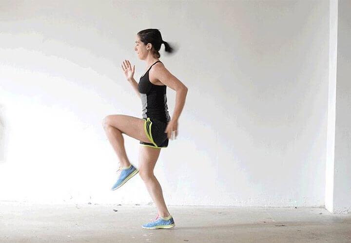 Khi chạy bộ, đôi tay phải vung cùng nhịp với hoạt động của đôi chân.