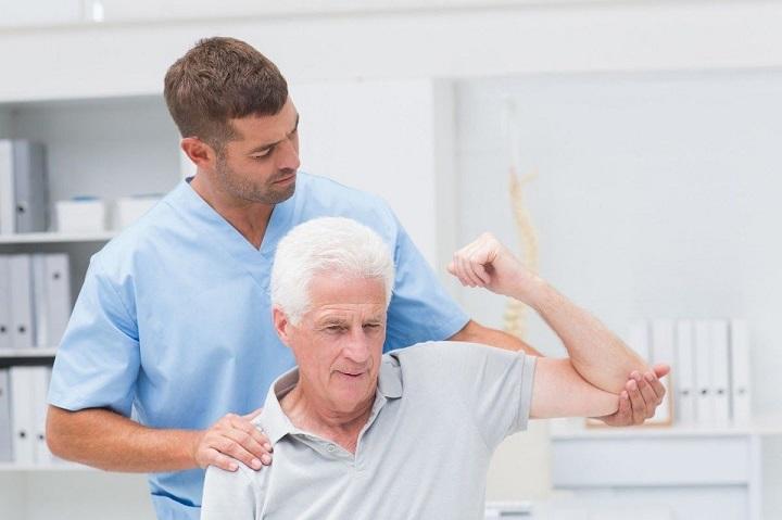 Đạp xe bằng máy luyện tập giúp cải thiện hệ thống xương khớp cho người cao tuổi