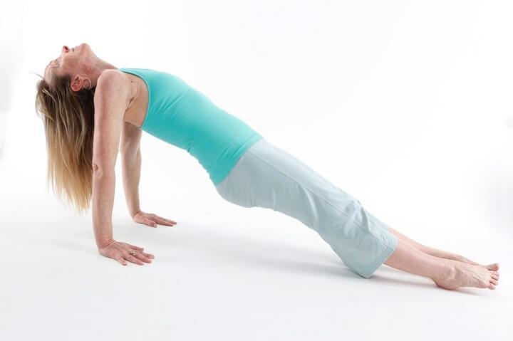 Tư thế Upward Plank Pose là một bài tập Yoga giảm mỡ bụng dành cho người mới hiệu quả.