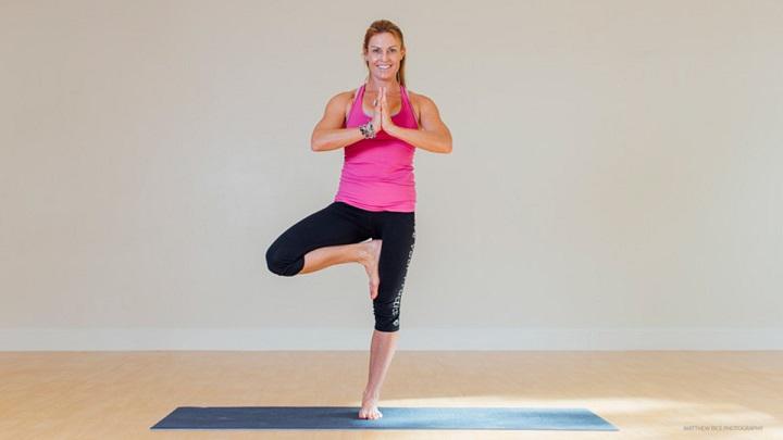 Tư thế cái cây giúp bạn rèn luyện khả năng giữ thăng bằng, tập trung hiệu quả.