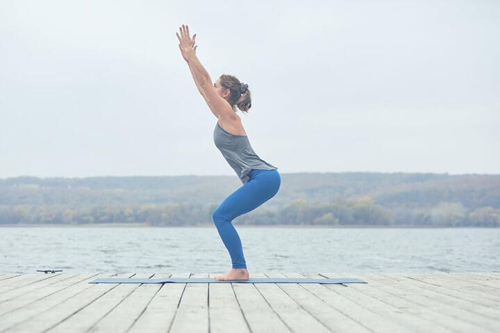 Tư thế Yoga cái ghế giảm mỡ đùi