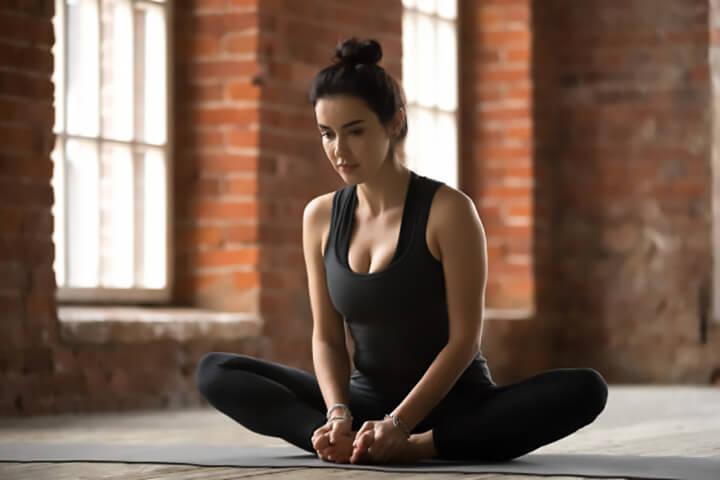 Ngồi ép chân là bài tập Yoga giảm mỡ đùi cực đơn giản