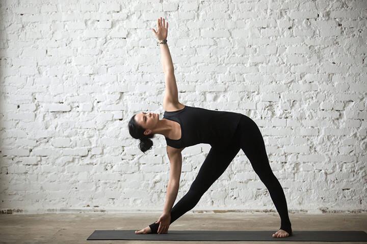 Tư thế tam giác là bài tập giúp tăng size vòng ngực tự nhiên cho nữ