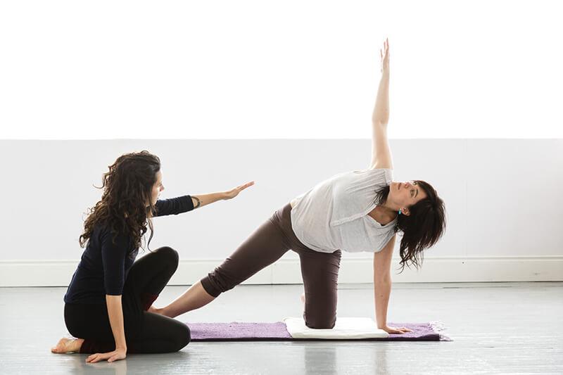 Yoga Therapy là gì? Lợi ích và lưu ý khi tập Yoga Therapy